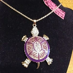 Very pretty 3D turtle necklace NWT